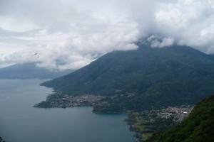 Pohľad na San Pedro La Laguna a vulkán San Pedro 3 020 mnm, Guatemala